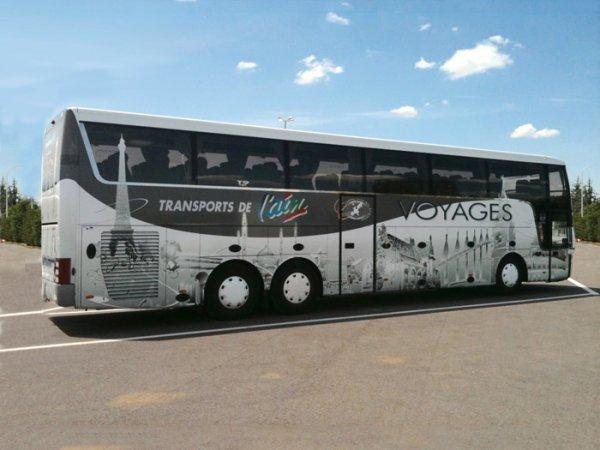 13-12-2013 - France - Romenay - Un car de la compagnie de Transports de l'Ain fait une sortie de route à Romenay.