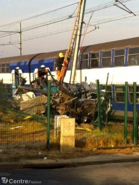 13-12-2013 - France - LOIRET - PITHIVERAIS-BEAUCE  - MALESHERBES - Un bus bloqué sur le passage à niveau d' Ormoy, à l'arrivée du train, la collision était inévitable.