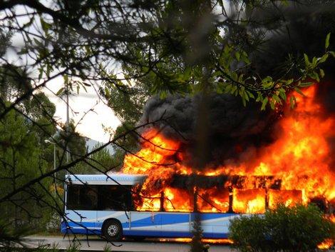 26-11-2013 -  Var - Toulon - Un bus du réseau Mistral en feu sur l'autoroute A57 à La Valette dans le sens Toulon-Hyères.