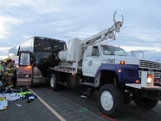 29-10-2013 - Salt Lake City - Utah - Etats-Unis - L'accident a tué le chauffeur de l'autocar, Pita Asiata, l'autocar revenait d'un voyage d'une journée à Wendover quand il a percuté l'arrière d'un camion sur l'  sur l'autoroute 80 à Tooele County.