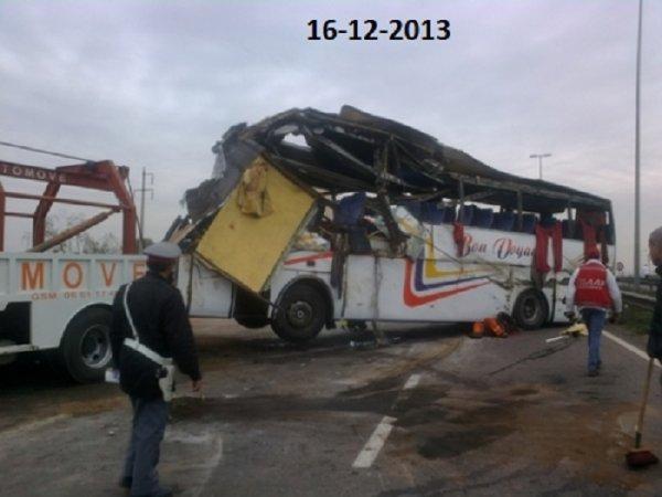 16-12-2013 - Casablanca - Maroc - accident autocar - Un mort et 24 blesses graves dans un accident sur l' Autoroute Casablanca-Marrakech au Maroc.