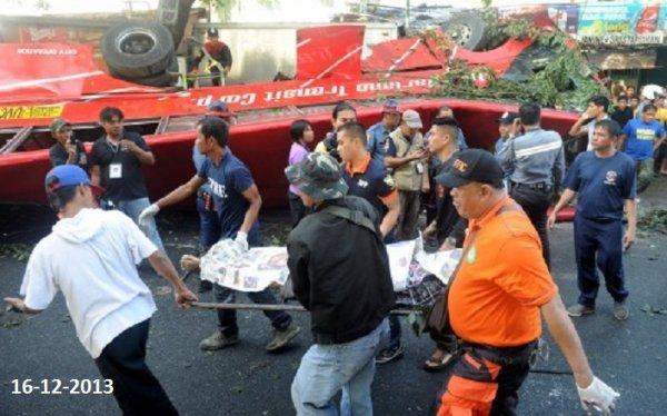 15-12-2013 - Phillipines - Manille - Vingt-deux personnes sont mortes et vingt autres ont été blessées à Manille lorsqu'un car est tombé depuis une bretelle d'autoroute suspendue dans le vide.