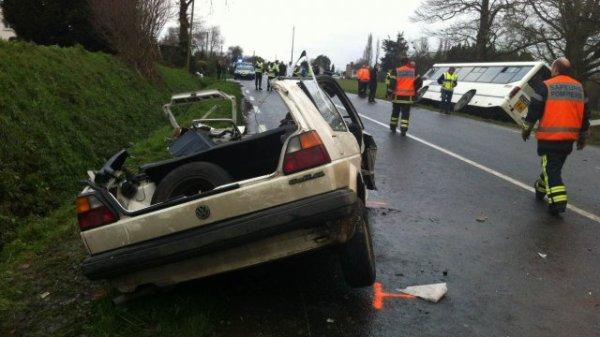 08-02-2013 -  La Malhoure (22) - Accident Autocar - Deux morts dans une collision entre un autocar transportant des enfants et une voiture sur la D14.