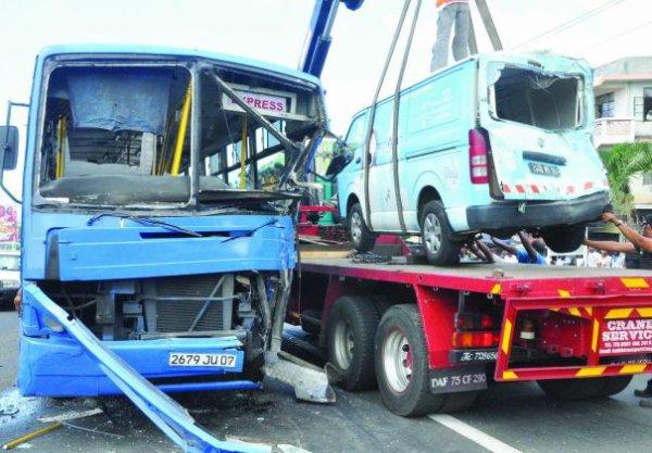 18-12-2013 - Pailles - Île Maurice - Violente collision entre un autobus de la CNT et deux véhicules - Bus de la Compagnie CNT en feu.