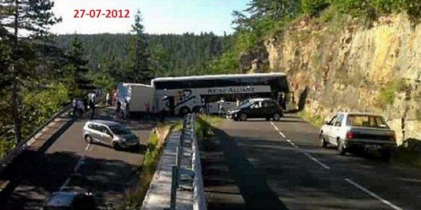 2012-07-27 - Lozère - Un autocar allemand en bien fâcheuse posture dans la côte de Balsièges qui monte vers Ispagnac et Sainte-Énimie.