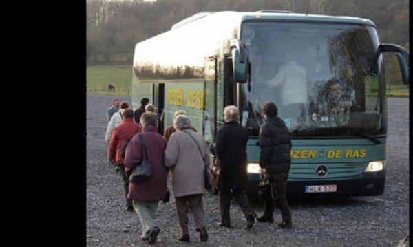 30-07-2011 - Suisse - Reizen De Ras - 80 touristes Flamands bloqués près de Lucerne après le contrôle de leur autocar. (législation, conformité ou problèmes car)