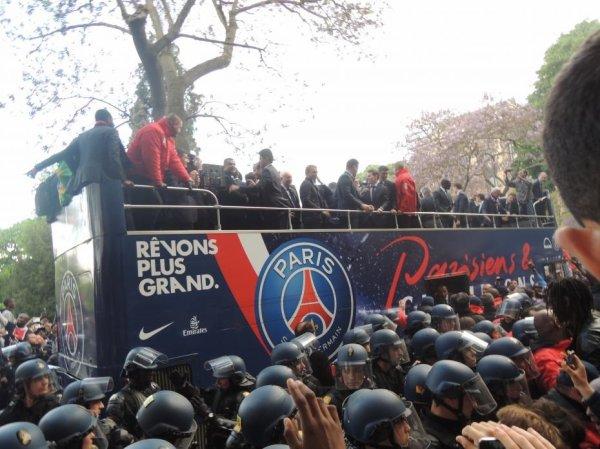 06-02-2013 - Toulouse - Paris Saint Germain - Les gendarmes procèdent à la fouille de l'autocar qui durera une heure et bloque le car sur la route pendant 8 heures.