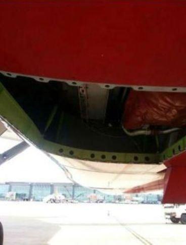 16-10-2013 - Boeing 787 Dreamliner perd de la compagnie aérienne Air India a perdu un bout de fuselage de 2,4 mètres sur 1,2 mètre lors du vol New Delhi et Bangalore