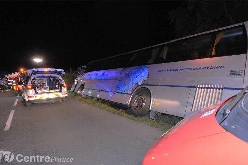 21-09-2013 - AUVERGNE - MONTLUÇON - Allier - Un car de tourisme de la Société Gatinéo venant du Loiret (45) tombe dans le fossé sur la D39 à Hérisson.