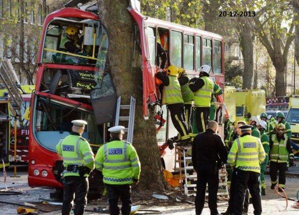 20-12-2013 - Londres - Un grand Bus londonien fonce dans un arbre - 30 personnes ont été blessées dont 2 dans un état grave.