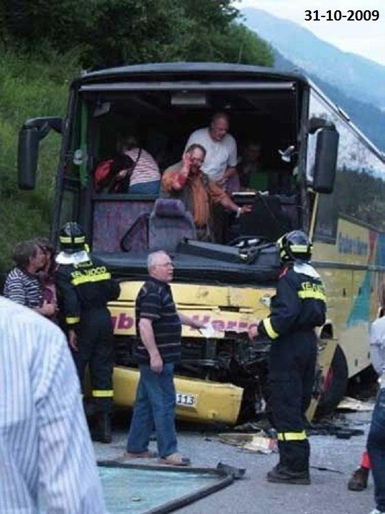 31-10-2009 - Roumanie - France - Autocar Roumain romani, Accident sur l'autoroute A54 entre Arles et Nîmes. Deux camions, un bus et une voiture sont entrés en collision sur l'autoroute A54