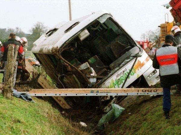 05-03-2003 - Accident grave d'un autocar du Voyagiste Morand tombé dans un fossé à Châtillon-en-Vendelais (Ille-et-Vilaine) sur la RD 178 ( Fougères Vitré ) 6 morts et 19 blessés.