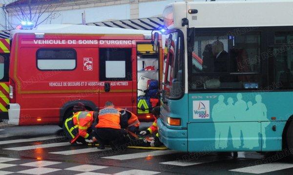 24-12-2013 - HAUTE-SAÔNE - FRANCHE-COMTÉ - Le piéton, une Vésulienne âgée d'une soixantaine d'années était engagée sur le passage quand le bus, qui était en train de freiner, l'a touchée et renversée. « Je ne l'ai pas vue », se désolait le chauffeur du V'Bus, sous le choc.