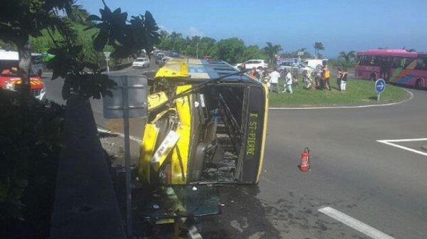 11-04-2013 - PETITE-ILE - CHEMIN LAGUERRE - Un car jaune chavire au rond-point : 11 blessés