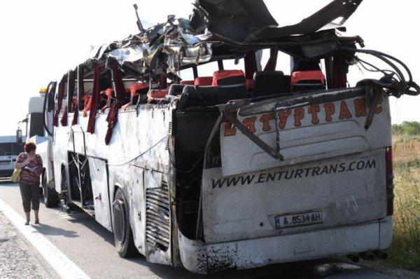 15-06-2011 - Bulgarie - BULGARIE - Terrible accident de bus près de Plovdiv. Après avoir heurté une barrière sur la route Sofia à Bourgas , l'autocar a chaviré puis pris feu. Huit personnes ont été tuées et 18 blessées.
