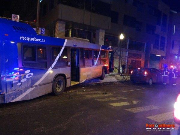 14-12-2013 - Québec - Accident Autocar - Un autobus du Réseau de Transport de la Capitale ( R.T.C ), est entré en collision avec une voiture