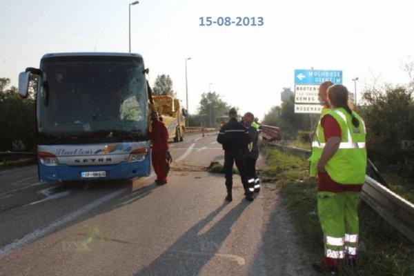 15-08-2013 - France - Bartenheim - Accident d'autocar - L'autocar parti de Bruxelles pour récupérer ses voyageurs à Zurich, sur l'autoroute A35 à  Altkirch secteur des Trois Frontières ( Bâle), il traverse l'autoroute et se retrouve l'avant dans le vide au dessus de la RD66.
