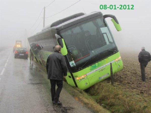 08-01-2012 - HAUTE-LOIRE - Saint-Just-Malmont: un bus dans le fossé suite à une perte de contrôle, sur la D234  autocar de la Société de Voyages Just de Jonzieux,