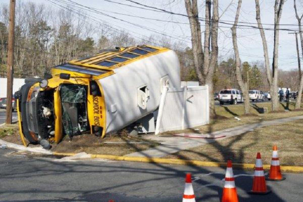 10-01-2013 - New Jersey -   Une collision survenue entre un autobus voyageur et un bus scolaire a fait au moins 16 blessés.