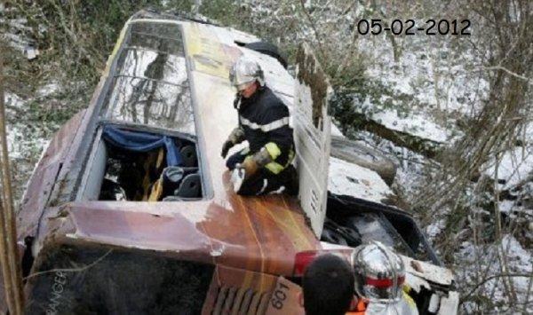 05-02-2012 - Aubertin -  un autocar transportant 27 enfants, leurs 4 accompagnateurs et un chauffeur, s'est renversé dans un ravin sur la commune d'Aubertin.Miracle après un accident de bus en Béarn avec 27 enfants à bord.