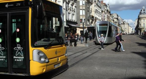 24-01-2014 - REIMS (51) - Un bus est entré en collision avec un pylône après avoir glissé dans une courbe dans le quartier Val de Murigny. Le conducteur a été transporté à l'hôpital.