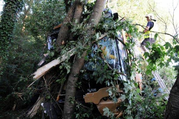 19-08-2012 - Belgique - SOUMAGNE - Un accident de car s'est déroulé sur l'E40/E42 à hauteur de Soumagne. Bilan : un mort et 24 blessés. Le chauffeur se serait assoupi.