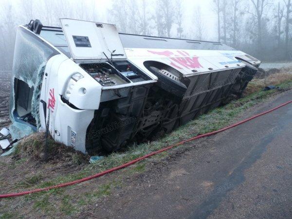 03-02-2014 - MEURTHE-ET-MOSELLE - Accident Mortel d'un autocar scolaire qui s'est renversé sur le bas-côté sur la RD160 entre Einville au-Jard et Raville-sur-Sânon : 1 blessé grave, 14 légers, 05-02 le jeune étudiant est décédé.