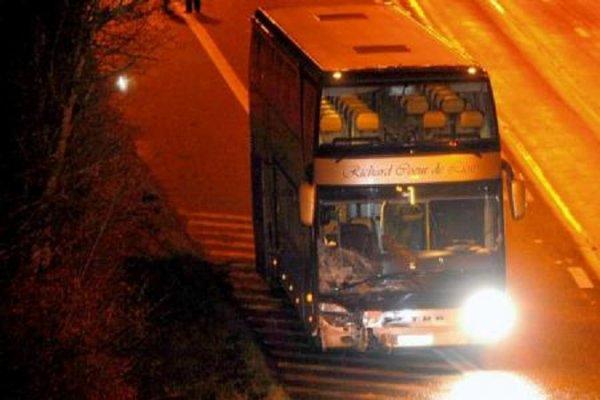 15-08-2012 - Reventin-Vaugris - France - Un autocar immatriculé en Belgique de chez Richard Coeur de Lion transportant 69 touristes néerlandais, dont six enfants, a pris feu sur l'autoroute A7, à Reventin-Vaugris (sud-est de la France),