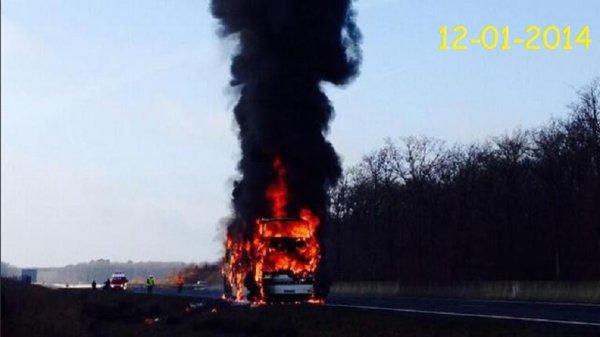 12-01-2014 - Saint-Michel-sur-Loire - RC Vannes - Le car des rugbymen brûle sur l'autoroute A85 . A57 - Rugby club vannetais - Le car qui les transportait a pris feu à proximité de Tours.