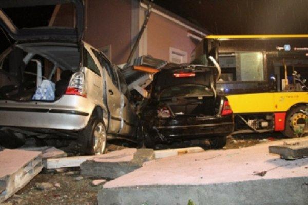 12-02-2014 - Alsace - Kingersheim - Spectaculaire accident de bus au faubourg de Mulhouse à Kingersheim. Il a percuté un plot en béton, quitté la chaussée, défoncé un muret et deux voitures avant de s'immobiliser contre la façade d'une maison : Bilan, 1 mort et 7 blessés