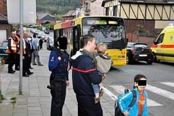 02-02-2014 - ROUX - Accident Bus des Tec - Le chauffeur du bus n'avait pas vu un pièton traversait sur le passage protégé, Il rentre en collision avec un véhicule arrété face à ce dernier - Plusieurs enfants blessés suite au coup de frein donné.