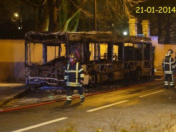 21-01-2014 - Un bus TCL 88 prend feu à Saint-Genis-Laval - Le feu, incontrôlable, s'est alors propagé rapidement dans tout le bus.