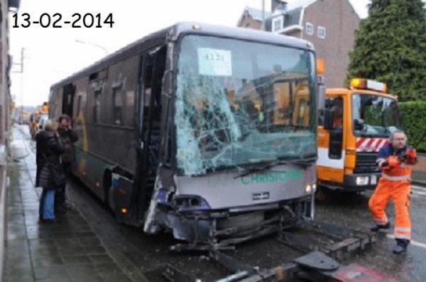 13-02-2014 - Belgique - Amay - Ampsin - Ce matin 2 élèves ont été blessés lors de l'accident de leur Bus scolaire qui a percuté un poteau électrique sur la nationale 617 à Ampsin.