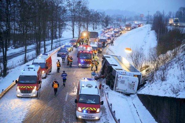 21-01-2013 - France - Russie - 20 touristes russes blessés dans un accident d'autocar en France - L'accident s'est produit près de Chambéry (dans les Alpes françaises), au niveau de l'embranchement de l'autoroute A43 et A41, non loin de la commune de Francin