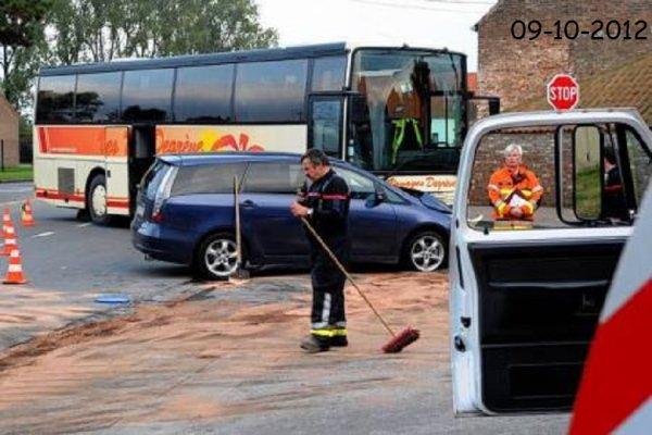 09-10-2012 - Tourpes - Collision entre un car de chez Degrève et une voiture, 7 blessés légers (Photos)