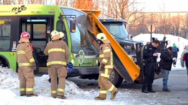 28-01-2014 - Laval - Un blessé grave dans une collision frontale entre un autocar et un camion de sablage des routes.