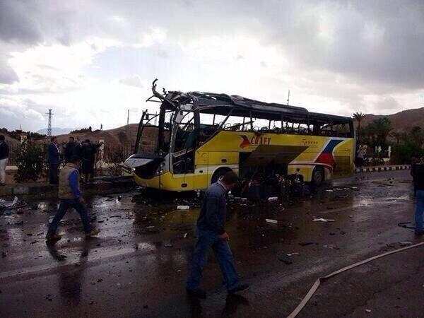"""16-02-2014 - Egypte - Attentat - L'autocar visé par l'attentat transportait des touristes """"coréens"""", L'explosion a fait au moins quatre morts et 14 blessés dans la station balnéaire de Taba."""