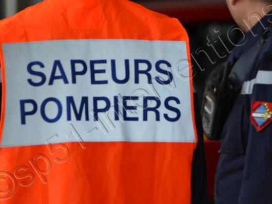 11-02-2014 - Etoutteville - Yvetot - (Seine-Maritime) - Une voiture s'encastre sous un bus scolaire sur la CD27 à Etoutteville, près d'Yvetot, à une vingtaine de km au nord-ouest de Rouen : la conductrice est tuée, sept écoliers hospitalisés