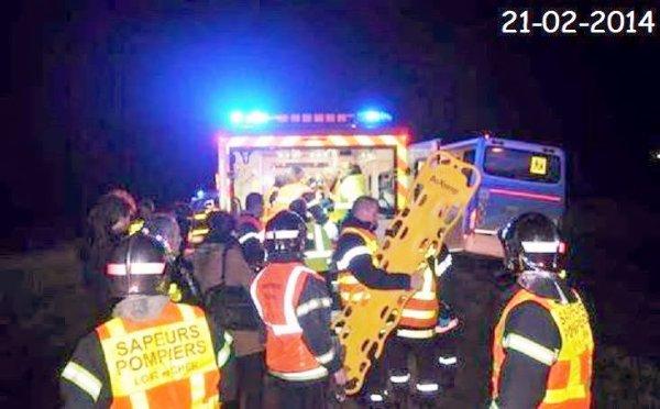 20-02-2014 - Loir-et-Cher - Un accident d'autocar scolaire fait trois blessés, une jeune fille de 18 ans est grièvement atteinte par ses bessures. Le car fait une sortie route et écrase un poteau électrique.