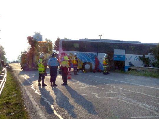 15-08-2013 - BARTENHEIM - Un autocar fait une spectaculaire sortie de route sur l'A35
