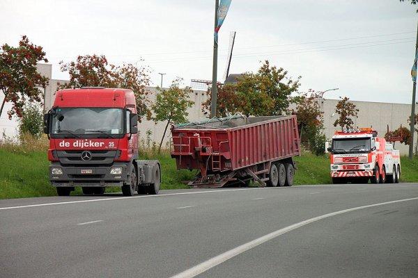 27-01-2011 - transport de dijcker -Après une fausse manoeuvre d'un tracteur, la remorque se trouve en bien mauvaise posture rue de l'industrie.
