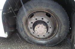 02-03-2014 - l'autocar perd ses roues arrières en roulant sur la route, un agriculteur lui vient en aide.