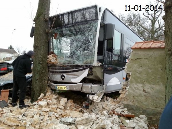 08-01-2014 - Essonne - Draveil (91) - le « bus fou » écrase cinq voitures chez l'autocariste Garrel et Navarre, à Draveil  : le «chauffeur fou» aurait causé plus de 50000 ¤ de dégâts