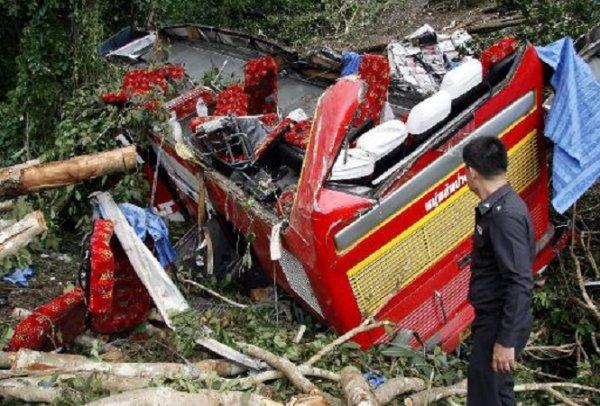 24-10-2013 - Thaïlande - Birmanie - 27 personnes ont été tuées dans un accident d'autocar tombé dans un ravin.