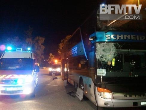 26-09-2012 - Aix les Bains - Le chauffeur d'un car immatriculé en Suisse avec 20 passagers (ressortissants suisses/allemands) a perdu le contrôle de son véhicule et percuté sous le tunnel de l'Epine endommageant sérieusement celui-ci il a dû s'arrêter sur l'aire de repos de Mouxy .