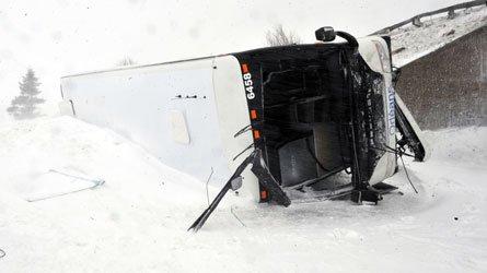 30-03-2014 - Québec - Un autocar de l'entreprise Orléans Express qui circulait sur l'autoroute 20 est, dans le secteur de Montmagny, à l'est de Québec, a dévalé la pente d'un viaduc pour se retrouver plusieurs mètres plus bas