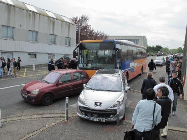 11-04-2014 - Indre-et-Loire - Amboise  Accident d'un car fou sans chauffeur dans la cité scolaire d'Amboise - Amboise. On a véritablement échappé à la catastrophe hier midi quand un car vide a percuté huit voitures, avant de finir à l'entrée du lycée Léonard-de-Vinci.