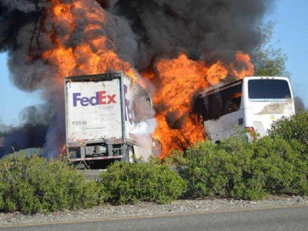 11-04-2013 - Californie - Los Angeles - choc sur l'autoroute, 10 morts et 34 blessés. Un bus de lycéens a percuté un camion FedEx ce jeudi. L'accident a eu lieu dans le Nord de la Californie, les autorités dénombrent dix morts et une trentaine de blessés.