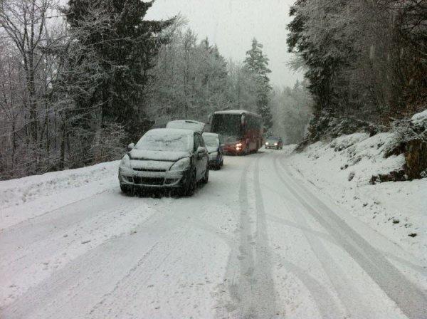05-02-2014 - Haute Savoie - Annecy - Une dizaine de cars scolaires bloqués par la neige dans le Semnoz, les routes verglacées devenues très dangereuses.