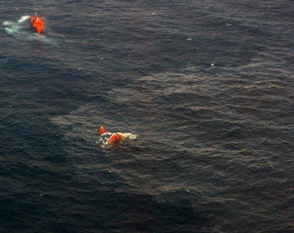 19-11-2002   Naufrage du Prestige - Le pétrolier libérien Prestige a complétement coulé mardi dans l'Atlantique avec sa cargaison de quelque 70.000 tonnes de fuel, par 3.500 m de fond et à 270 km des côtes de Galice.